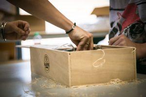 La fabrication de nos coffrets premium à l'ESAT Thierry Albouy