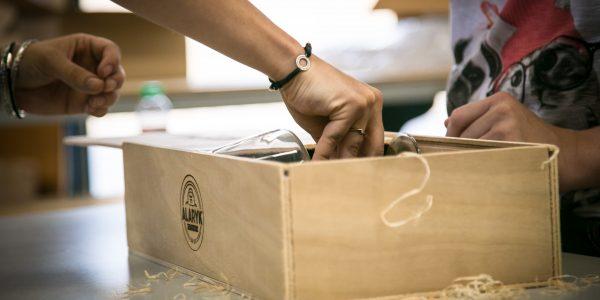 Coulisses : La fabrication de nos coffrets premium à l'ESAT Thierry Albouy